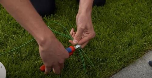 Couper les câbles pour réaliser le raccord des fils